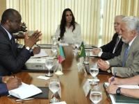 O ministro malinês Tiéman Hubert Coulibaly manifestou a Jaques Wagner a intenção de adquirir seis caças Super Tucano - Foto: PH Freitas