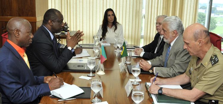 Ministros da Defesa do Brasil e do Mali se reúnem para fortalecer cooperação