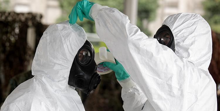 A equipagem e desequipagem do traje para descontaminação de DBQRN: os profissionais devem seguir 14 passos para vestir a roupa