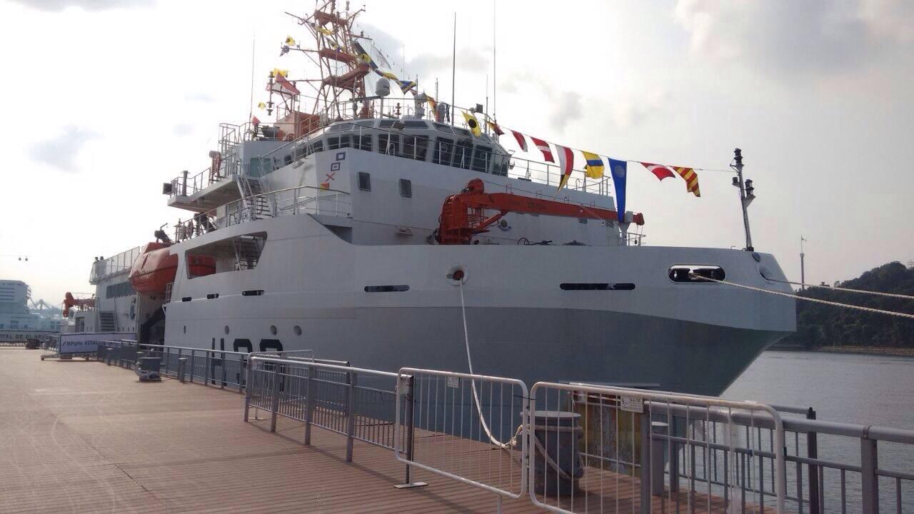 Navio atracado no cais Keppel Marine, em Cingapura