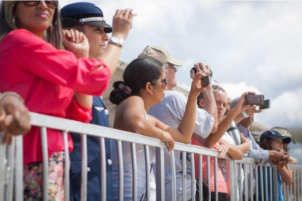 Substituição da Bandeira Nacional atrai moradores e turistas