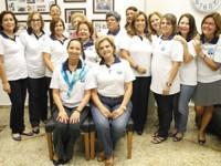 Sra. Christiani Prisco Leal Ferreira (E) e Sra. Sheila Royo Soares de Moura (D) com voluntárias