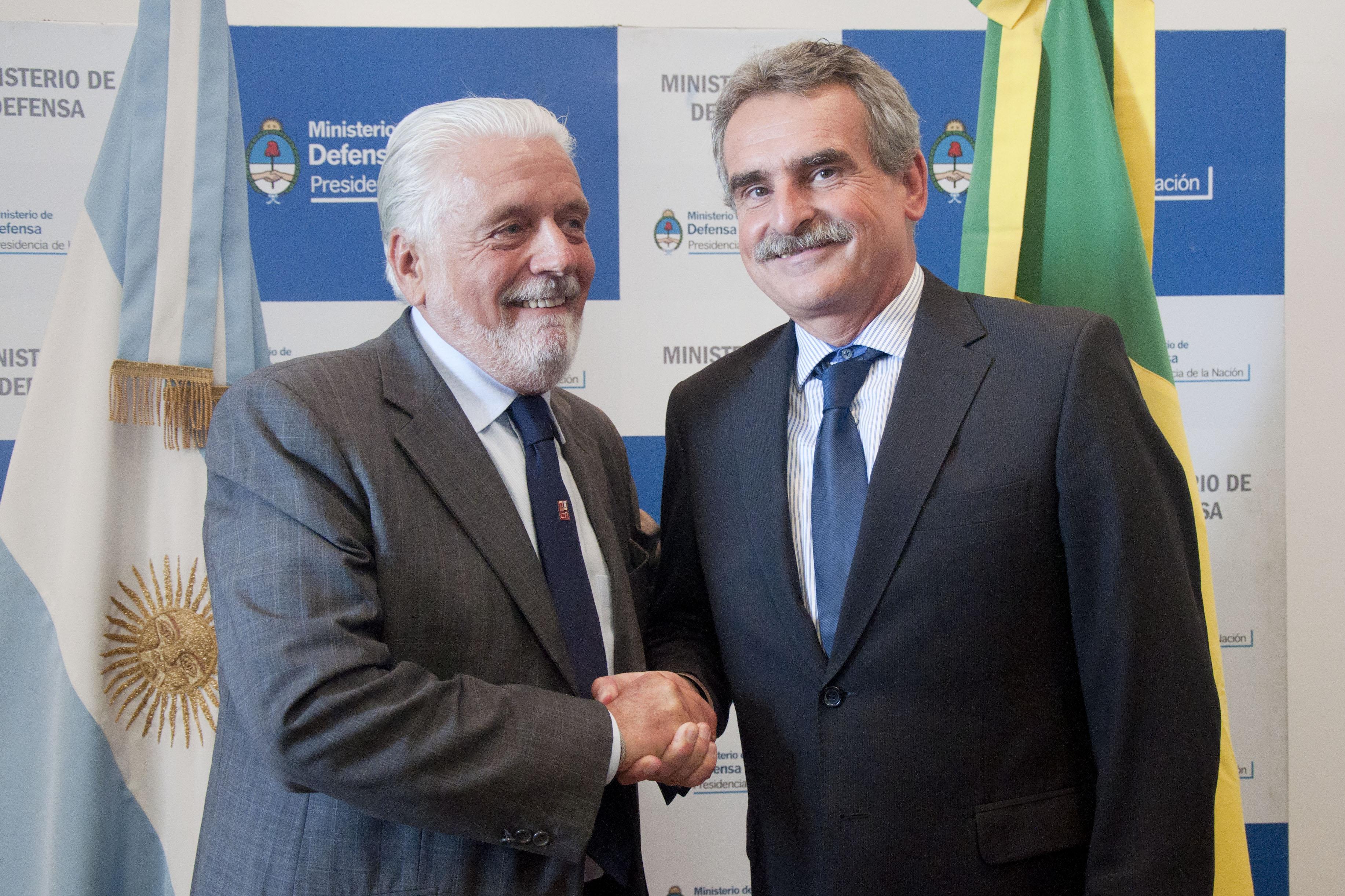 """Ministros da Defesa do Brasil e da Argentina assinam a """"Declaração pela Democracia e a Paz"""" e iniciam negociações para a venda de caças Gripen NG"""