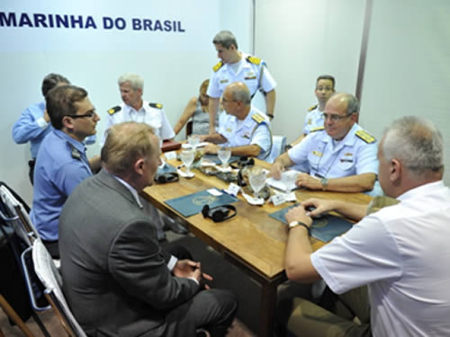 Almirante Leal Ferreira em reunião com autoridades