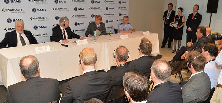 Jaques Wagner durante a assinatura do acordo entre a Embraer e a Saab: gestão compartilhada da produção dos caças Gripen NG - Foto: Jorge Cardoso