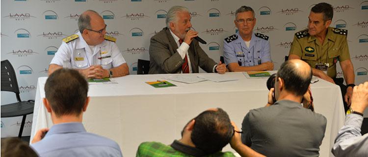 Ao lado dos comandantes da Marinha, do Exército e Aeronáutica, Wagner falou sobre os resultados da LAAD 2015: oportunidades de negócios
