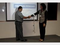 Consultora financeira, Aldineide Rios, realiza dinâmica durante a palestra