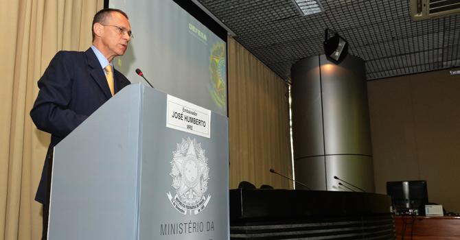 """Ministério da Defesa e Escola Superior de Guerra promovem seminário """"Diplomacia e Defesa"""""""