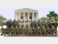 Instrutores da Marinha (ao centro) e formandos do Curso de Estudos Não Técnicos