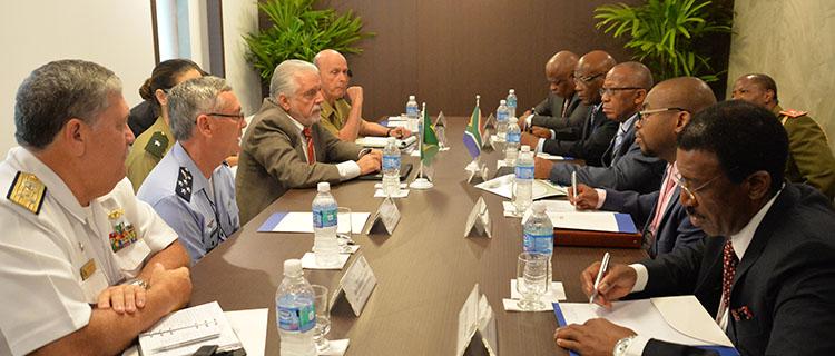Jaques Wagner recebe dez ministros da Defesa e 15 vice-ministros durante a LAAD