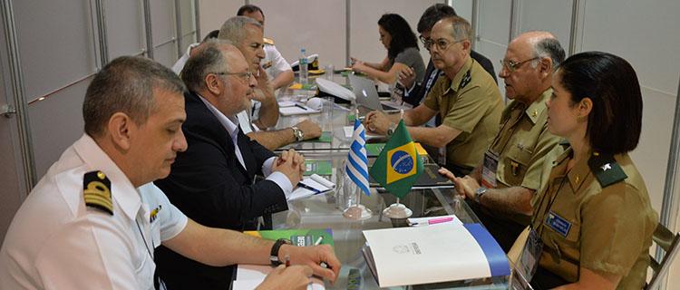 Generais De Nardi, chefe do EMCFA, e Mattioli, à direita, recebem delegação da Grécia para reunião bilateral - Foto: Jorge Cardoso