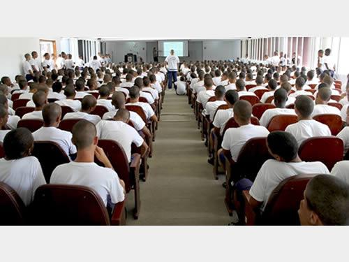 Psicóloga do Hospital Naval de Recife ministra palestra na Escola de Aprendizes-Marinheiros de Pernambuco