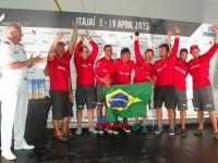 """Capitão dos Portos de Santa Catarina entrega troféu à equipe espanhola """"Mapfre"""""""