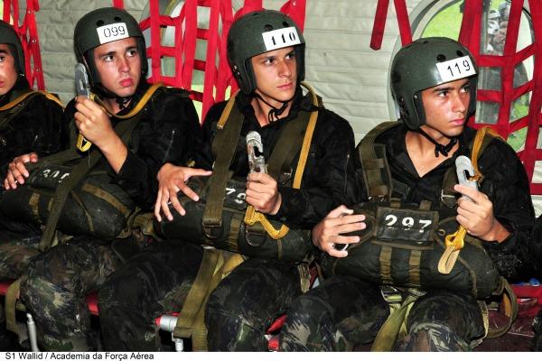 Cadetes da Academia da Força Aérea realizam salto de paraquedas