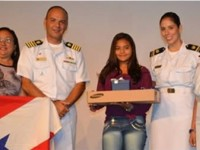 Aluna Ellen Gaia da Silva e Professora Selma Ferreira recebem troféu e prêmio Mentalidade Marítima