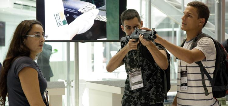 Mais de 600 expositores de 45 países mostraram o que há de mais moderno em equipamentos de 20 setores de defesa