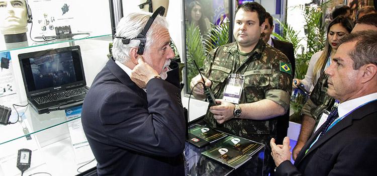 Ministro Jaques Wagner conhece potencial da indústria de defesa do Brasil durante a LAAD