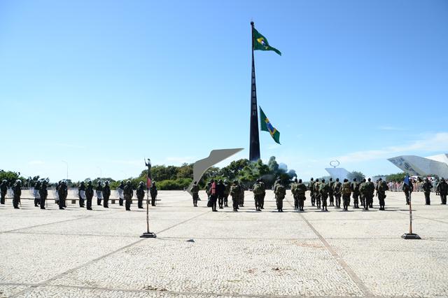 Civis e militares prestigiam a substituição da Bandeira Nacional