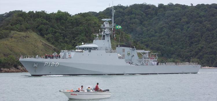 """O Navio-Patrulha Oceânico """"Amazonas"""" (NPaOc Amazonas P-120) foi empregado pela Marinha do Brasil na operação em 2015"""