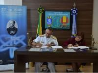 Almirante-de-Esquadra Fernandes e a Reitora da FURG assinam o Protocolo