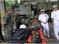 Oficial colombiano (à esquerda) visitou mostruário da Força de Fuzileiros da Esquadra