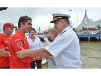 3º Sargento André Otto recebe os cumprimentos do Vice-Almirante Leonardo Puntel