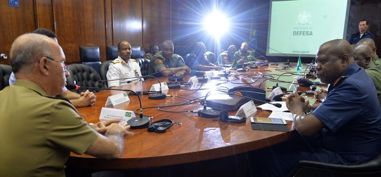O subchefe de Assuntos Internacionais, general Décio Luís Schons, recebe a Comitiva nigeriana e ministra primeira palestra.