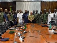 Oficiais nigerianos reunidos ao final das apresentações.