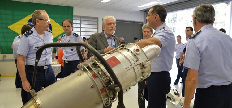 """Ministro da Defesa promete """"brigar"""" por recursos para ampliação do ITA"""