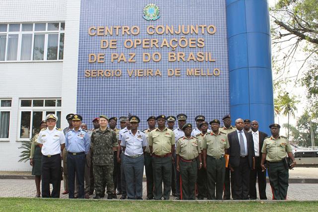 Comitiva do Zimbábue visita o Centro Conjunto de Operações de Paz do Brasil