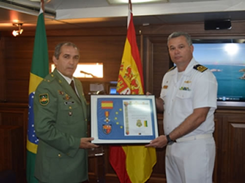 """Fragata """"Constituição"""" recebe medalha das Forças Armadas Espanholas, em Barcelona"""