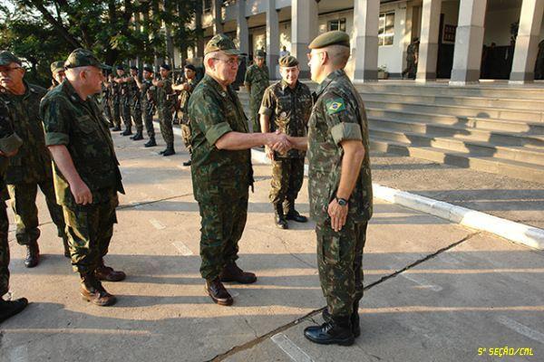 Comandante da Marinha do Brasil visita a Força de Pacificação Maré