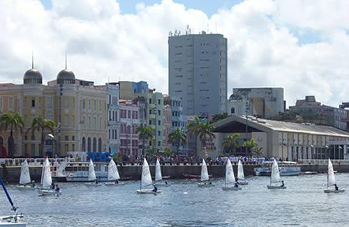 Regata marca os 150 anos da Batalha Naval do Riachuelo, no Recife (PE)