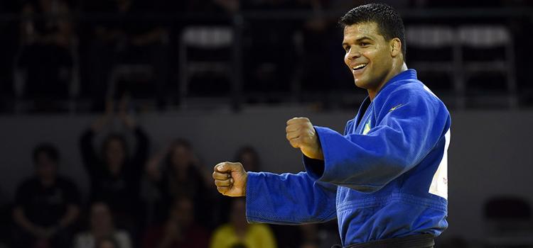 O medalhista de ouro Luciano Correa diz que presta continência pelo orgulho de representar as Forças Armadas - Foto: Divulgação COB
