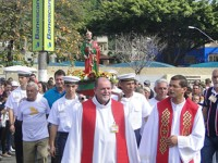 Militares da EAMES transportam a imagem de São Pedro