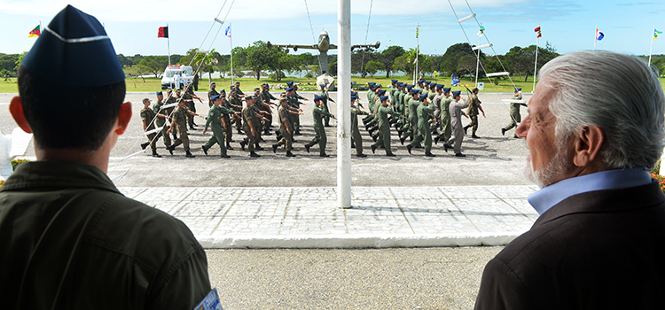 Ministro Wagner assiste encerramento do evento, com desfile da tropa em continência.