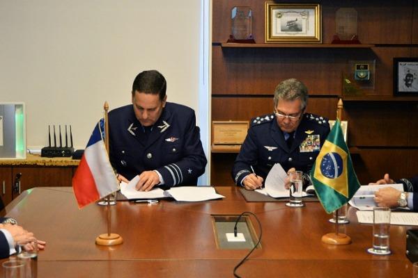 Reunião entre Forças Aéreas Brasileira e do Chile renova programa por mais dois anos