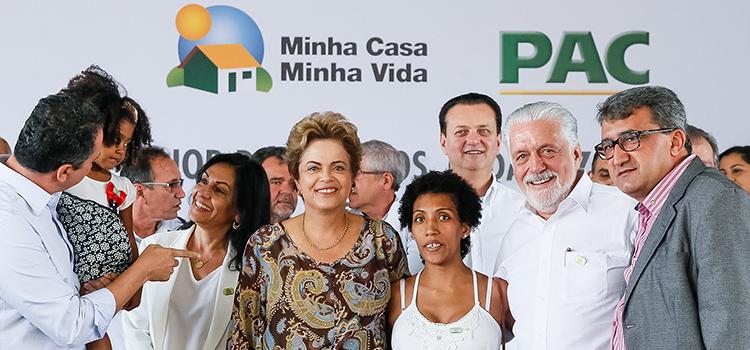 Ministro Wagner participa de entrega de casas com a presidenta Dilma, em Juazeiro (BA)