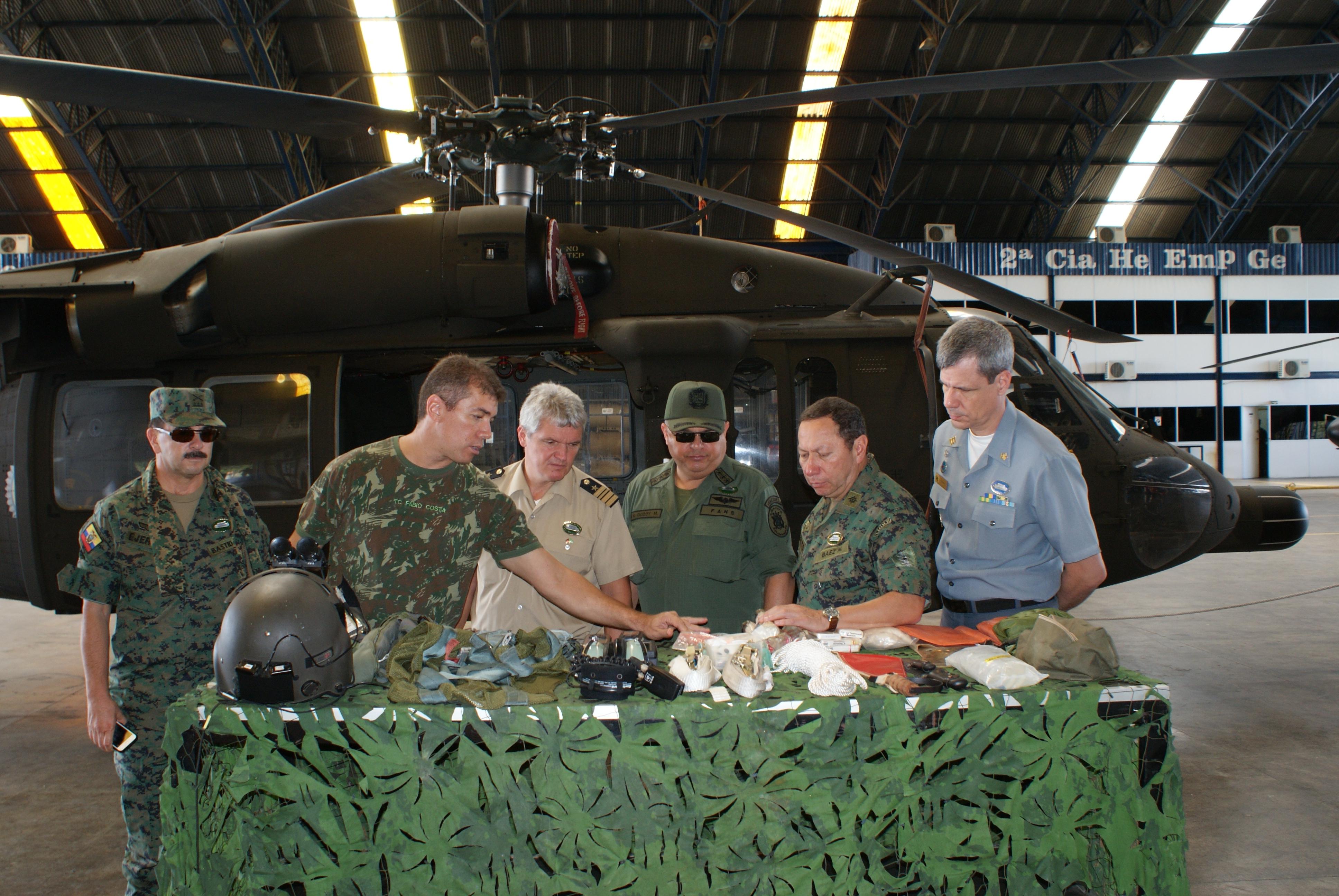 Visita dos estagiários das nações amigas ao 4º Batalhão de Aviação do Exército