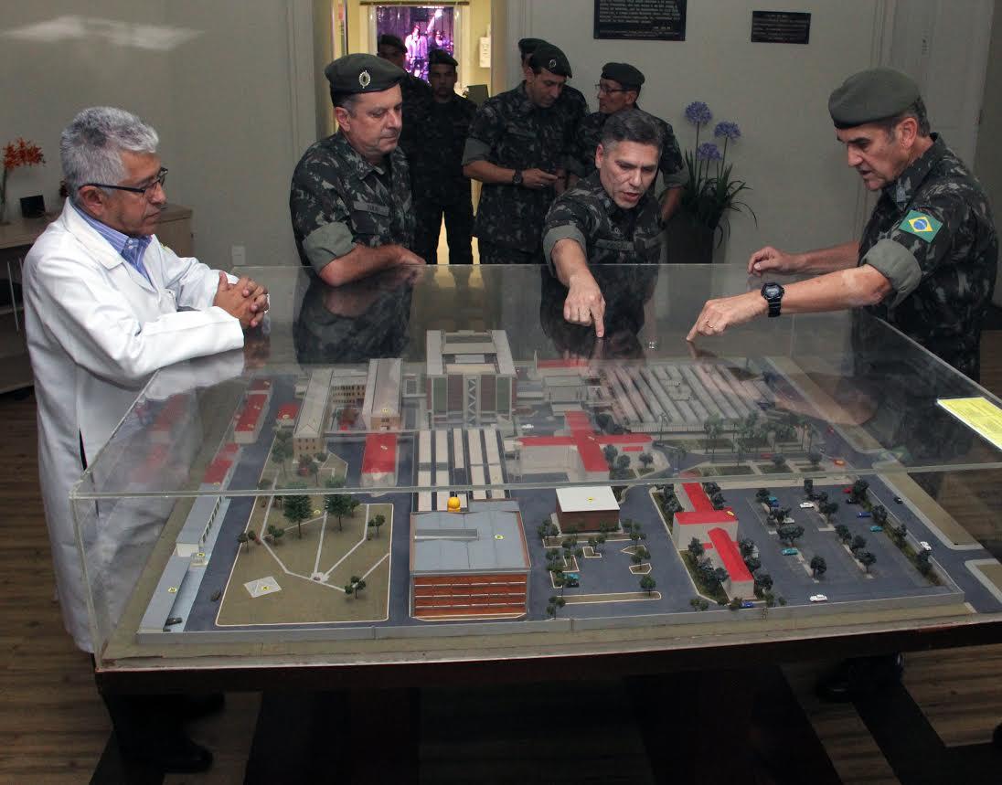Visita do Comandante do Exército Brasileiro ao HCE