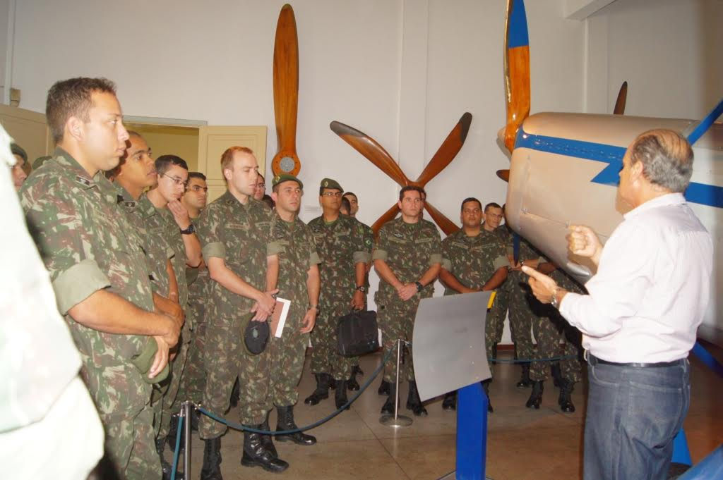 Museu Aeroespacial (MUSAL) recebe oficiais de artilharia de costa e antiaérea