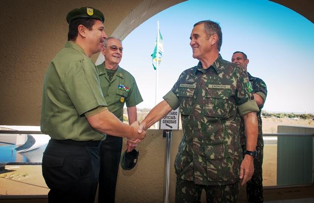 Oficiais da Reserva visitam o Comandante do Exército