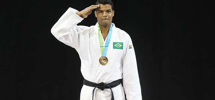 Luciano Corrêa, representando o Exército Brasileiro, ao receber a medalha de ouro no judô - Foto: COB