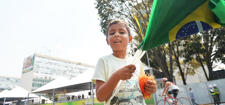 O pequeno Zé Hiltinho encantou-se com as manobras da Esquadrilha da Fumaça. Morador do Piauí, já quer voltar no desfile do ano que vem