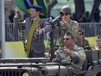 Comandante Militar do Planalto, general Racine Bezerra, inicia o desfile a bordo de uma viatura blindada Guarani, do Exército Brasileiro