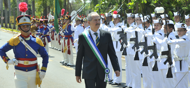 Novo ministro da Defesa passa em revista às tropas, em recepção com honras militares