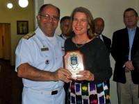 Vice-Almirante Wilson Pereira de Lima Filho, Diretor de Portos e Costas (DPC) com a Presidente do SindaRio, Marianne Lachmann no momento da homenagem