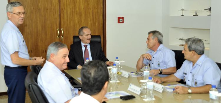 Aldo Rebelo visita comandos militares e conhece detalhes de projetos estratégicos