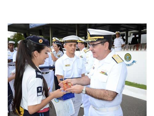 Aluna recebendo o prêmio