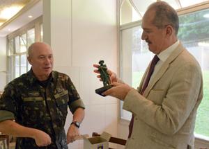 Ministro Aldo recebe a estatueta do Bandeirante